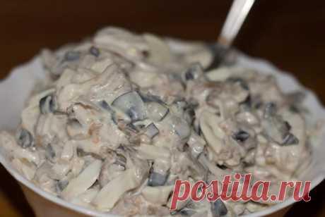 Шикарный салат из баклажанов, детки мои, баклажаны вообще не любят, а этот салат уплетали за обе щеки и даже не поняли что там баклажаны, доченька сказала что салатик с грибочками )))) НЕОБХОДИМО: 4 баклажана,4-5 крутых яйца,2 небольших луковицы,майонез по вкусу,соль, сахар,масло для жарки.  1.Баклажаны режем соломкой,лук полукольцами.  2.Баклажаны посыпаем солью и оставляем на 15 минут,чтобы стекла горечь 3.Лук необходимо замариновать,для этого обдаем его кипятком,через п...