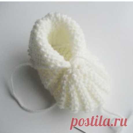 """Tricoter les chaussons de bébé? Ici, un modèle... - Monde tricot Un petit chausson facile à réaliser! Commençons-nous! Voilà! Le petit chausson est fini! Ajoutez une petite fleur ou un pompon, pas mal, non? """"Explication pour """"Passez un fil sur le bord"""""""