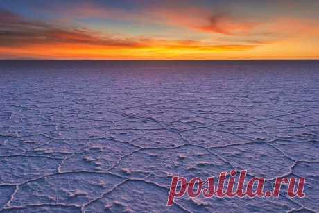 Рассветные лучи над солончаком Уюни, Боливия. Снимал Юрий Котенёв: Доброе утро!