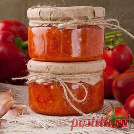 Заготовка томатной аджики на зиму Ингредиенты: 500 г спелых мясистых помидоров 5–6 веточек измельченной кинзы сладкий перец – 2 красных 5 стручков острого перца чеснок – 10 зубчиков 1,5 ст. л. соли уксус – 6 ст. л. Приготовление (30 мин): 1. Очистить от кожицы и семян помидоры и сладкий