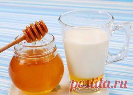 Молоко с медом и содой при кашле: рецепты приготовления и правила приема Кипяченое молоко с содой и медом – главный помощник в борьбе с сезонными простудами, а также беспокоящим сухим кашлем. Каждый из компонентов лекарственной смеси широко используется в народной медицине, обладает целым спектром целебных свойств.