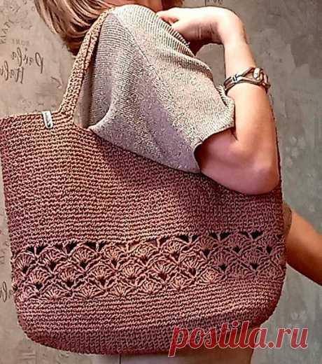 Евгения Иванова Закончила сумку из рафии. Это был первый опыт вязания из такой довольно тонкой и жёсткой ниточки. Изделие прекрасно держит форму, очень понравилось работать с рафией