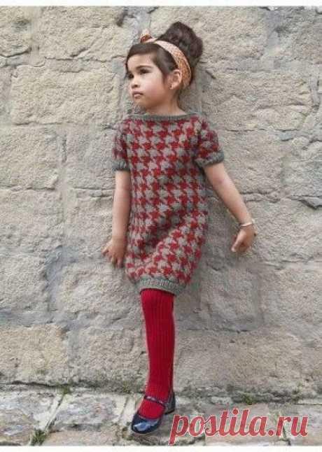 Стильное платье для девочки Платье с короткими рукавами (д) 35*168 Bergere de France  Размеры: 2 – 3 – 4 – 5 – 8 лет   Материалы: пряжа Jaspée (20% камвольная шерсть, 80% акрил, 50 г / 95 м), цвет Minerai 3 – 3 – 3 – 4 – 4 мотка.