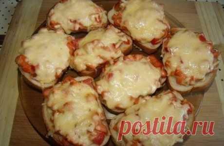 7 рецептов горячих бутербродов  1. Горячие бутерброды с картошкой  Ингредиенты: Показать полностью…