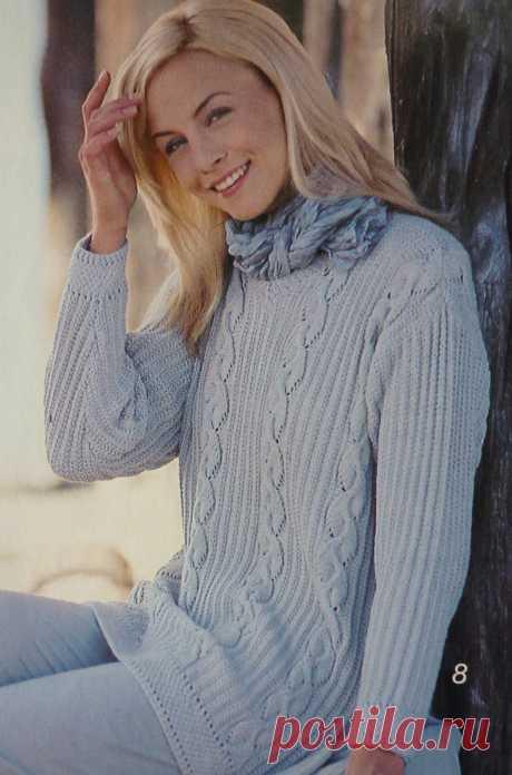 Пуловер из светлой пряжи связан патентным узором и ажурными косами. Спицы