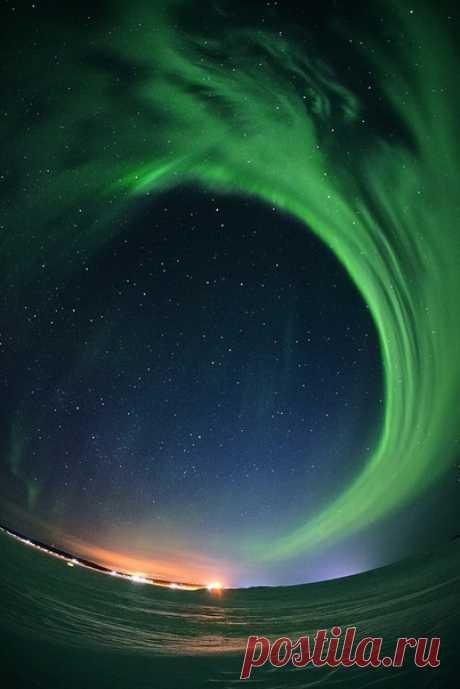 Весеннее северное сияние неподалеку от Мурманска. Автор снимка — Sergey Kaminskiy: nat-geo.ru/community/user/225227/ Волшебных снов.