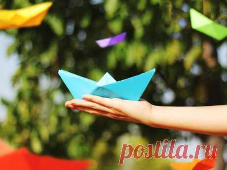 Как сделать кораблик из бумаги — оригами схема В нашей статье мы расскажем как сделать кораблик из бумаги. Для изготовления лодки из бумаги по технике оригами, подготовьте квадратный лист цветной бумаги