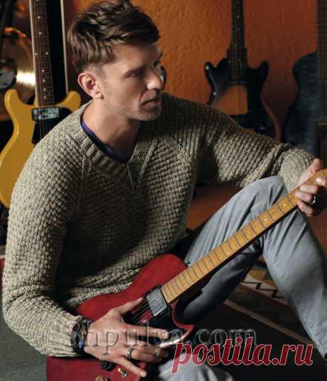 Мужской пуловер с V-образным вырезом и структурным узором.
