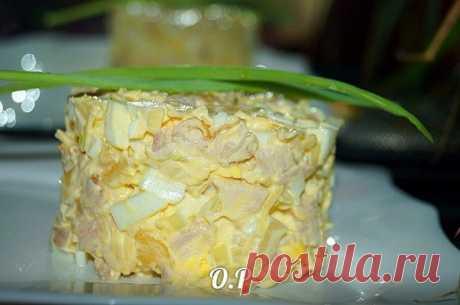 Безумно вкусный салат «Татьяна» — сметается первым со стола  =копчёная курица — 400 гр ананасы консервированные — 200 гр сыр — 50 гр яйца — 4 шт репчатый лук — 1 шт соль- по вкусу майонез — для заправки