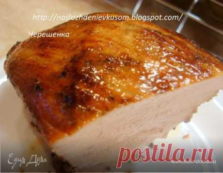 Ароматная свинина, запеченная в фольге. Ингредиенты: горчица, перец горошком смесь, имбирь молотый Ароматная свинина, запеченная в фольге! Не жирная, но и не сухая, нежная и очень вкусная! Горчица придает мясу особенный аромат, а вместе со всеми остальными специями получаются просто непередаваемый запах. Можно подавать как основное блюдо, горячим, а можно использовать в холодном виде как один из ингредиентов в салатах, сэндвичах и т.д. Рекомендую!!!