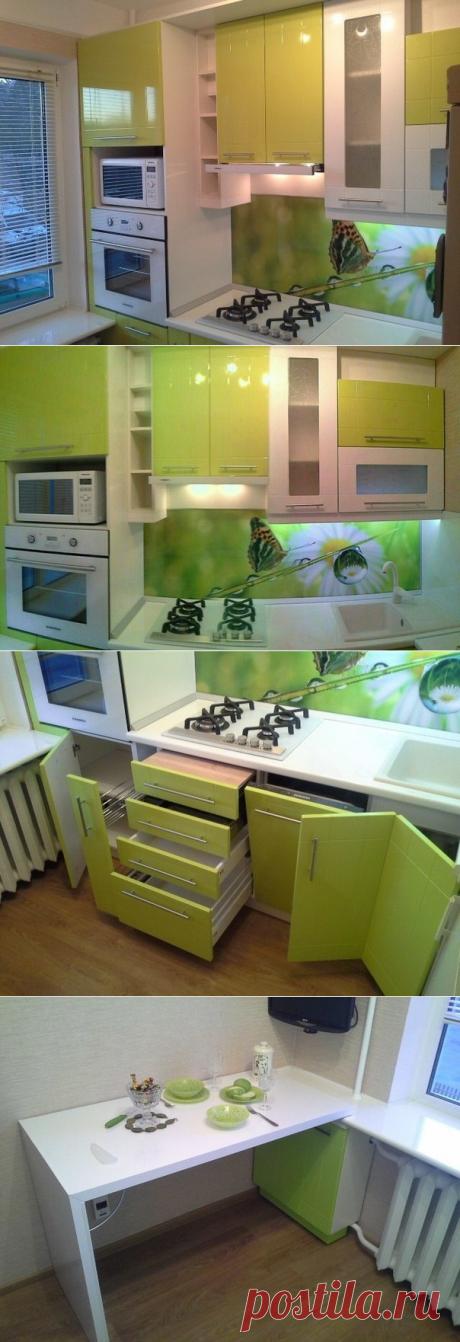 Маленькая, удобная кухня.