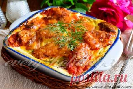 Кабачки с помидорами в духовке под пышной омлетно-сырной заливкой