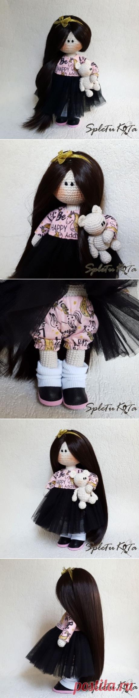 Вязаная кукла Поля. Рост 25 см. В ручках держит медвежонка. Одета в платье, рейтузики, мокасины и гетры.  Кукла может украсить интерьер, а также подойдет для детских игр. Вся одежда снимается. Шикарные длинные густые волосы можно расчесывать, делать прически и укладки.   Кукла связана крючком из пряжи хлопок-акрил. Стирать не рекомендуется, но при необходимости возможна ручная или бережная машинная стирка без отбеливателей. Наполнитель файбертек. Ручки, ножки и голова не поворачиваются.