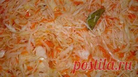 Очень быстрая капустка. Залил и готово  Капуста вкусная, витаминная. Хрустящая!   Рецепт приготовления  Берём из расчёта три килограмма капусты.  Капусту нашинковать. Натереть три крупные морковки на крупной тёрке. Выдавить из чесночницы 3…