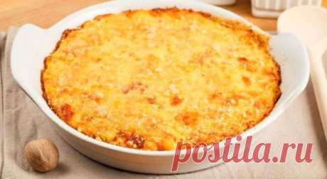 Деревенский пирог - отличное решение для обеда или ужина Пирог - это не всегда начинка в тесте. Данное высказывание касается и деревенского пирога, который готовится без теста, но с богатым наполнением в виде мяса, грибов и овощей и все под румяной сырной к…