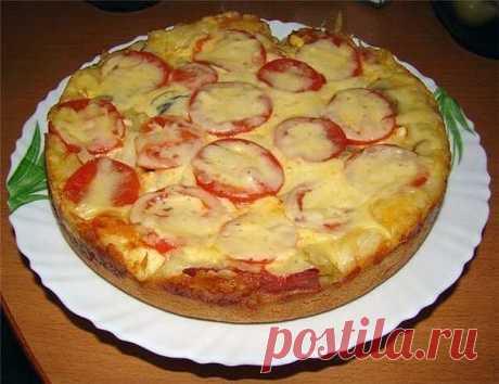 Пицца в мультиварке без дрожжей! Мультиварка и простые рецепты  тесто: 2 яйца 8 ст. л. сметаны (или 5 ст.л. сметаны и 3 ст.л. майонеза) 8 ст. л. муки 1/2 ч.л. разрыхлителя начинка: майонез и кетчуп соленый огурец сосиски копченая колбаса сыр  В глубокой посуде размешать все ингредиенты для теста.Можно заменить 3 ложки сметаны на майонез, но тесто получится жирноватое. Все ингредиенты размешать просто вилкой или венчиком до однородной массы. Тесто получается достаточно жидк...