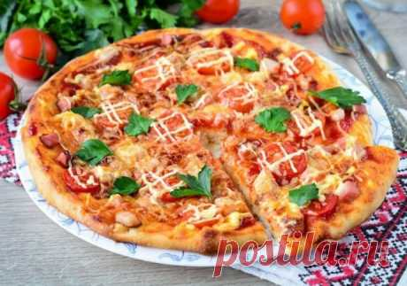 Домашняя пицца с помидорами, беконом и сыром