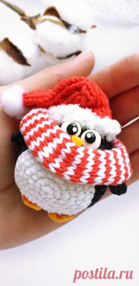 PDF Новогодние пингвинчики крючком. FREE crochet pattern; Аmigurumi doll patterns. Амигуруми схемы и описания на русском. Вязаные игрушки и поделки своими руками #amimore - маленький пингвин, пингвинята, пингвинчик, пингвинёнок.