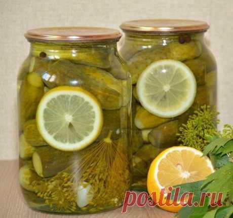 Безумно вкусные огурчики «Пражские» на зиму! Сладкие и хрустящие!    Ингредиенты (на 1 литр):  огурцы небольшие — ~12 штук тонкий кружок лимона Для маринада:  лимонная кислота – 0,5 ч. л. 75 гр сахара 0,5 литра воды 20 гр крупной соли На дно банки:  2 зубчика чеснока 1 зонт укропа 2 шт. листа чёрной смородины 2 шт. лаврового