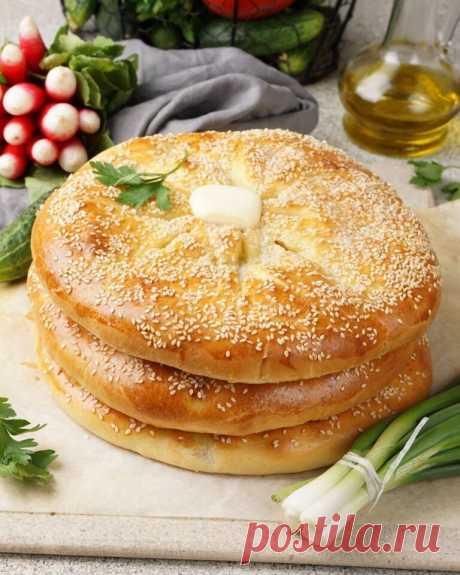 Осетинские пироги   Ингредиенты на 3–4 пирога:  Для теста:  Дрожжи сухие — 7 г Мука пшеничная — 600 г Яйцо — 1 шт. Соль — по вкусу Кефир или простокваша — 400 мл Сахар — 1 ч. л.  Для смазывания пирогов:  Желток — 1 шт. Вода — 100 мл Кунжут для посыпки — по желанию Сливочное масло — по желанию Для мясной начинки: Говядина или баранина — 500 г Лук репчатый — 2 шт. Чеснок — 1-2 зубчика Соль, перец — вкусу