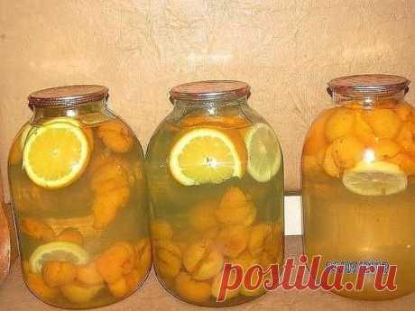 ДОМАШНЯЯ ФАНТА На одну 3-х литровую банку нам нужно пол литровая банка чищенных абрикос, 2-3 кружочка апельсина (по-толще), 1 кружочек лимона, 1 стакан сахара. Все фрукты сложить в 3-х литровую банку, всыпать сахар и залить кипятком. Закатать. Банки перевернуть и хорошо укутать