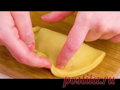 Прижимаем тесто по краю - и получаем особенно красивый результат.