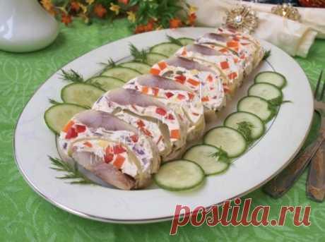 Рулет из селёдки. По 2-3 сельди и луковицы, 2 моркови, 1 солёный огурец, 2 ст. ложки масла, специи, сахар, уксус, 2 стакана воды. Сельдь вымачивают, потрошат, разрезают вдоль на 2 половинки. Морковь варят и нарезают соломкой. Лук нарезают кольцами и немного поджаривают, охлаждают и смешивают с морковью и нарезанным соломкой солёным огурцом.Готовят маринад, можно добавить растёртые молоки...