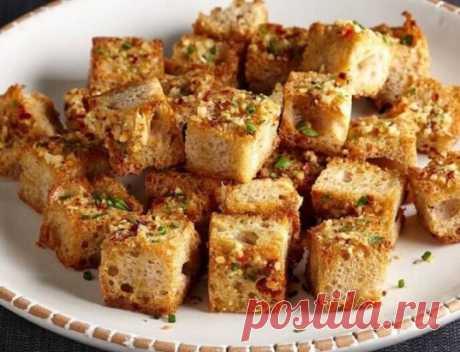 Чесночные гренки из белого хлеба.