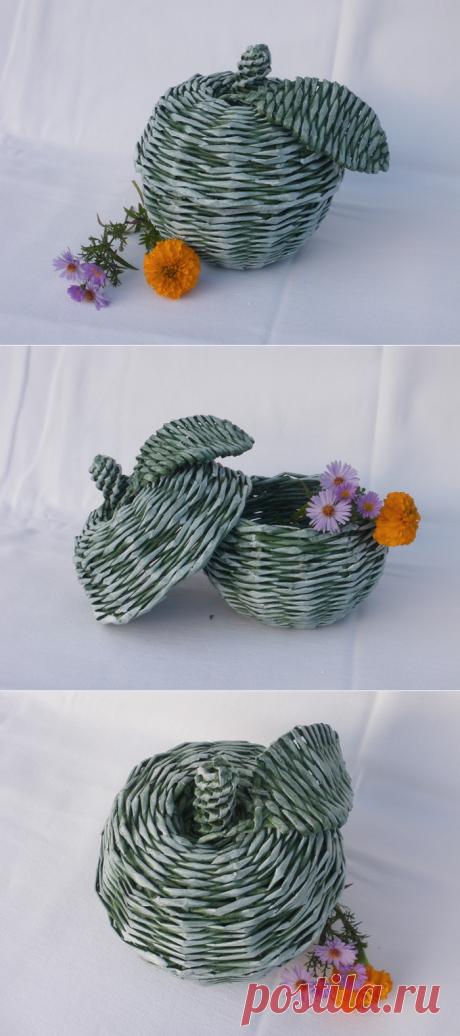 Плетение из газет. Яблоко. Монохромный способ окраски плетенок