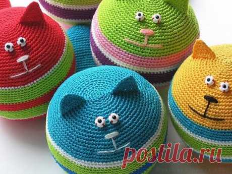 TO FANS OF KNITTED CATS IT IS DEVOTED! TOY