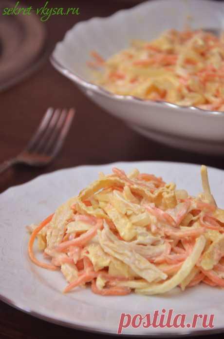 Салат с омлетной лентой, морковью по-корейски и курицей |