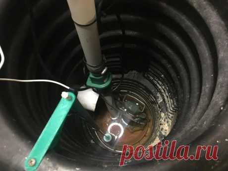 Автоматический выключатель дренажного насоса Предыстория изготовления этого устройства такова. У мастера дома установлен дренажный колодец и в нем установлен насос. Насос приводится в действие небольшим поплавком, который перемещается вверх и вниз. Поплавок соединен с механическим переключателем на корпусе насоса. В сезон дождей насос
