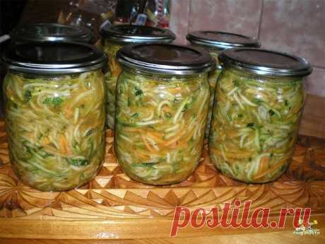 Кабачки по-корейски на зиму, долго не хранятся! Улетают)) Делайте сразу тройную порцию! (от подписчицы)  Ингредиенты 2,5 кг кабачков 0,5 кг моркови 0,5 кг лука  Для маринада: 1 стакан сахара 2 столовые ложки соли 0,5 стакана масла подсолнечного 150 гр уксуса черный перец 1 пакетик для корейской моркови приправы  Способ приготовления Если кабачок старый очистите кожицу, я не чистила, так как кабачки были молоденькие. Натереть на терке для корейской моркови кабачки и морковь...