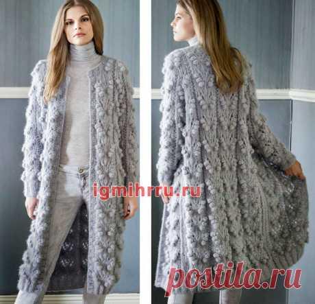Теплое пальто с узором из крупных «шишечек». Вязание спицами