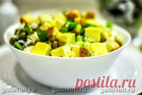 Салат из пекинской капусты с омлетом и сухариками.