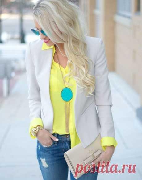 Желтый цвет, с чем сочетается в женской одежде и кому подходит. Энергичный, яркий, жизнерадостный колор, олицетворяющий лето и энергию солнца. С чем и как сочетать желтый цвет в одежде, как его носить и кому он подойдет.  Общий образ так же зависит от оттенка желтого: использование холодных, бледных, затуманенных колоритов помогут создать тонкий, сложный образ.