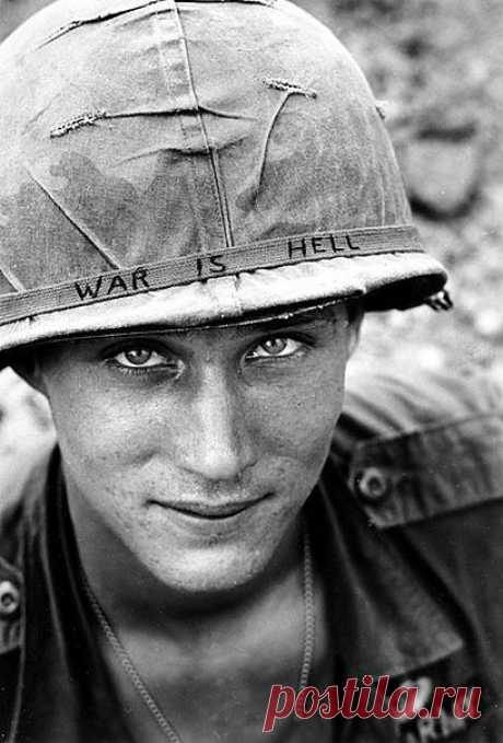 Война это ад. Гласит надпись на шлеме.
