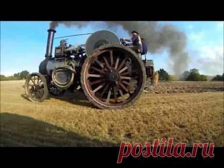 Трактор с паровым двигателем штурмует гору