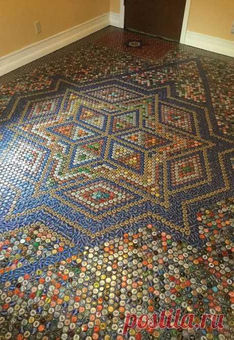 Стильная напольная мозаика из бутылочных крышек