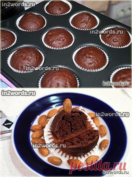 La receta rápido poroso de chocolate maffinov sobre la crema agria en las formas de papel para los bizcochos con pasas.
