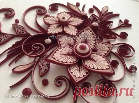 Фантазийный цветок    Всем доброго времени! Сегодня покажу небольшую работу в контрастной монохромной гамме и мастер класс основного цветка из этой работы.Материалы и инструменты:Бумажные полосы ( ширина 3 мм, длина: бо…