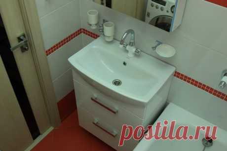 Моя ванная: светящийся потолок, белое и красное