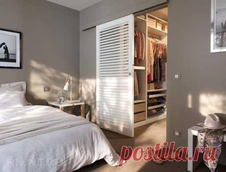 Альтернатива обычной двери вгардеробную Гардеробная комната— главное место хранения вдоме или квартире. Это помещение всегда прячут от посторонних глаз, чаще всего за обычной межкомнатной дверью или дверью-купе. Сайт RMNT расскажет вам, какие ещё есть варианты закрыть гардеробную от гостей, при этом не вущерб интерьеру.