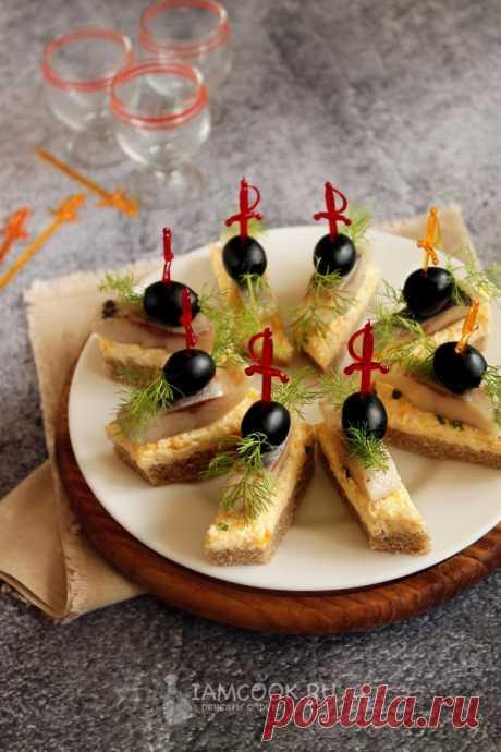 Канапе с селедкой и плавленым сыром — рецепт с фото на Русском, шаг за шагом. Холодная закуска для праздничного стола, фуршета и перекуса. #рецепт #рецепты #закуска #канапе #новыйгод #новогоднееменю #рецептынановыйгод