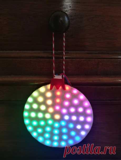 Новогоднее неопиксельное светодиодное кольцо на елку или на стену Это неопиксельное кольцо мастер сделал, как украшение на новогоднюю елку. Орнамент собран из светодиодных колец WS2812B. Эти кольца продаются наборами и из них можно делать сборку, добавляя или уменьшая их количество. В данной сборке используется 61 светодиод, распределенный по 5 кольцам. Внешний