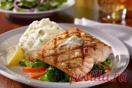 Сельдь в Дании – особая рыба. Она не только основа процветания рыболовов, но и занимает важное место в кулинарии. Традиционный рождественский лосось в соленом тесте     Внимание! Соленое тесто служит лишь для запекания рыбы. Его не едят!     Ингредиенты:     мука – 600 гр; соль – 600 гр; яйцо – 3 шт; лосось –1 кг; вода – 225 гр; лимон – 1 шт; укроп – 1 пучок; желток для смазки – 1 шт.