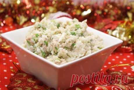 Салат из печени трески Не обязательно придумывать что-то экстраординарное, чтобы вкусно и сыто накормить ваших гостей в Новый год. Салат из печени трески не отнимет много времени, а результат вас порадует.