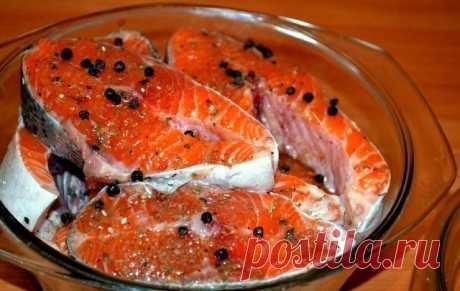 Солим рыбу вкусно! (разную рыбу)  Рыбу, приготовленную таким способом, можно кушать уже через 2 часа. Но еще вкусней она получится, если постоит немного в холодильнике и пропитается маслом. Вы берите рыбку на свой вкус.  Потребуется: -2 рыбки -лук по вкусу (его можно побольше, очень вкусный) -вода комнатной температуры 400 мл -соль 2 столовых ложки без горки -масло подсолнечное (можно с запахом, кому нравится) 200 мл -лавровый лист 3 штуки -гвоздика 3 штуки -перец горошком...