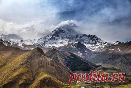 Потухший стратовулкан Казбек (5034 м). Границе России и Грузии.