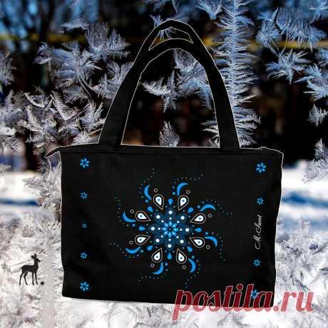 Сумка с зимними узорами На дворе лето, но я все же хочу вам в очередной раз продемонстрировать эту необычную сумку, от которой веет прохладой, зимой, мороженым, снегурочкой. Конечно, такая сумка более актуальна с зимними нарядами, но и летом ее можно одеть с голубым платьицем и блистать на зеленой лужайке зимний принцессой. У кого есть подходящее летнее платье?
